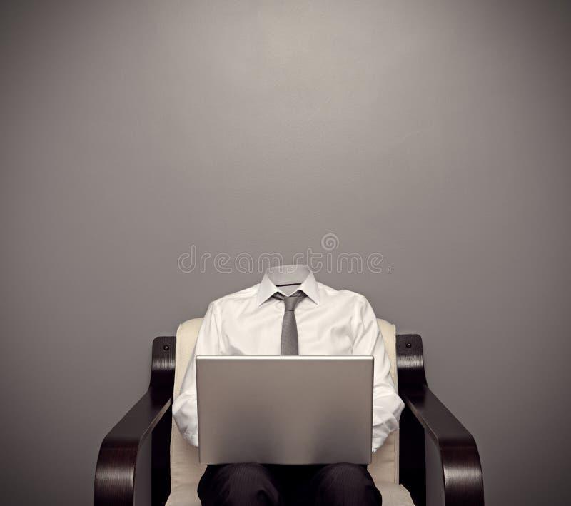 Homem invisível que trabalha com portátil imagem de stock royalty free