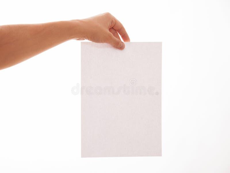 Homem irreconhecível que guarda uma folha de papel vazia foto de stock