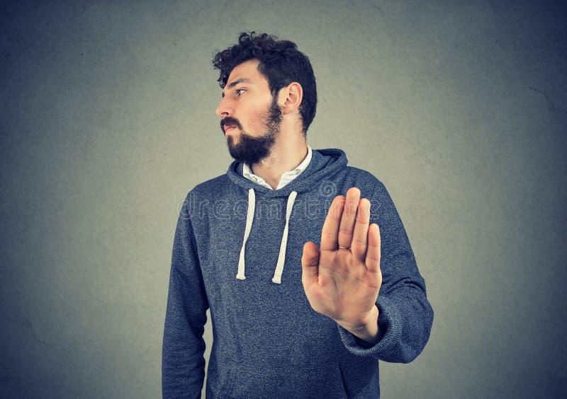 Homem irritado irritado com a atitude má que dá a conversa ao gesto de mão foto de stock
