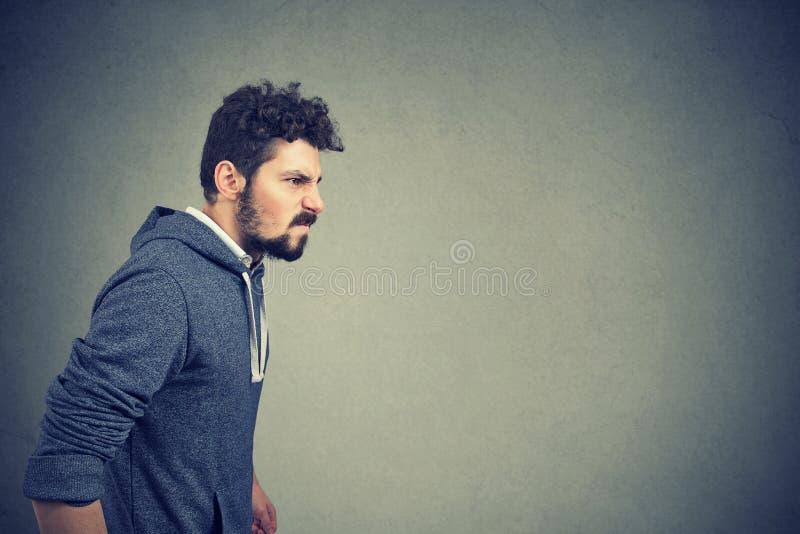 Homem irritado irritado com expressão detestável da cara fotos de stock royalty free