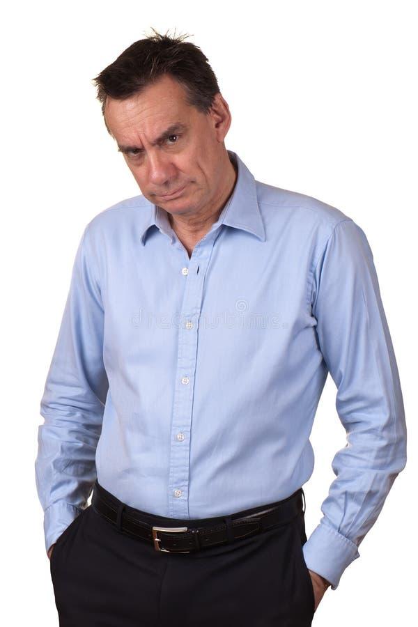 Homem irritado com expressão mal-humorada imagem de stock
