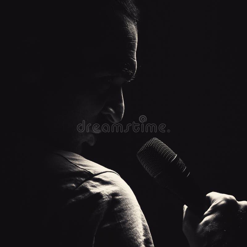 Homem irritado com microfone imagens de stock
