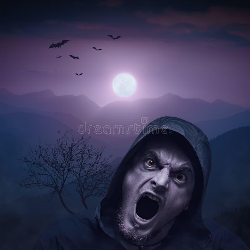 Homem irritado do vampiro na noite foto de stock