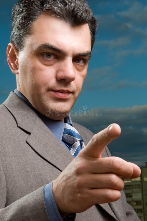Homem irritado em um terno imagens de stock royalty free