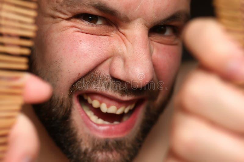 Homem irritado no jalousie fotos de stock