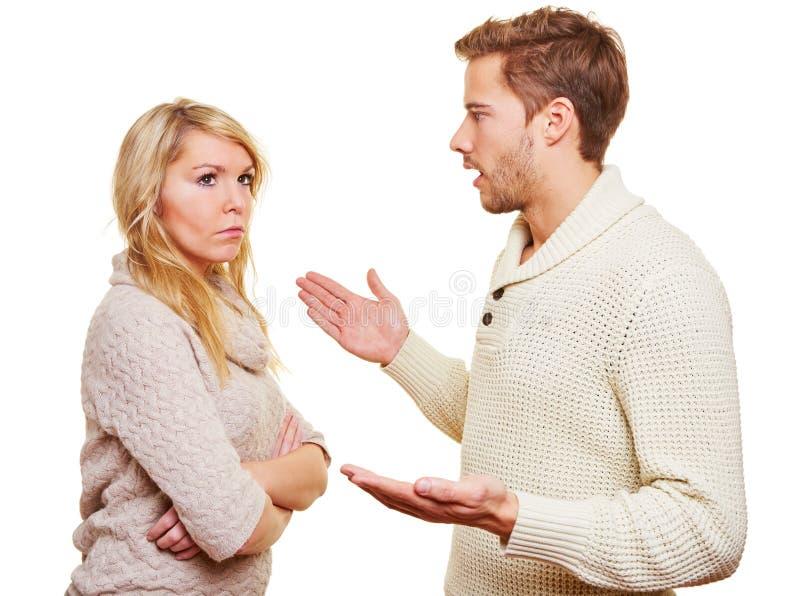 Homem irritado que argueing com mulher imagens de stock