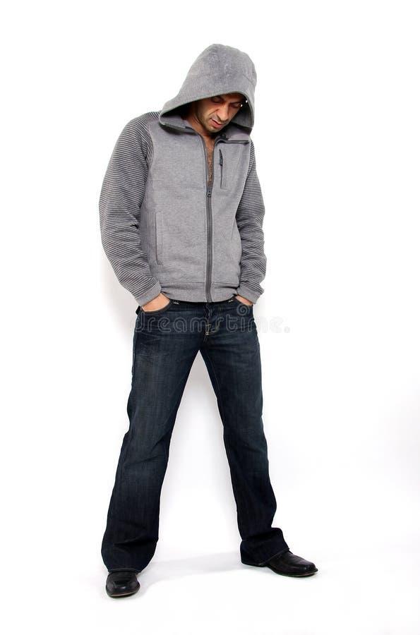 Homem irritado que desgasta a camisola encapuçado imagens de stock