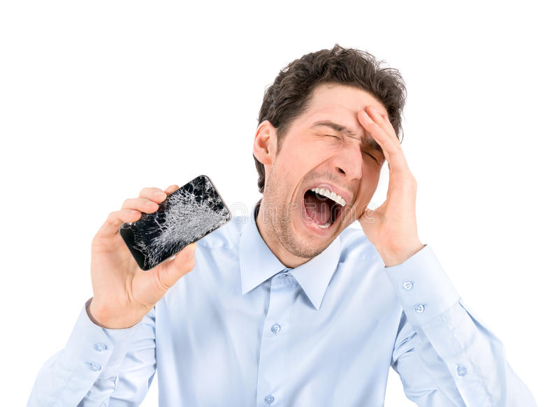 Homem irritado que mostra o smartphone quebrado fotografia de stock