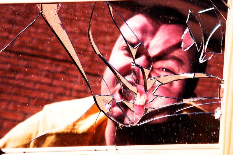 Homem irritado vidro quebrado foto de stock