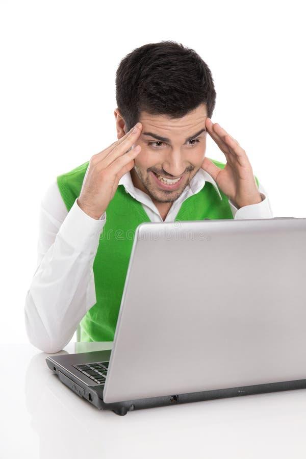 Homem isolado feliz com o computador que olha divertido ou surpreendido no fotos de stock