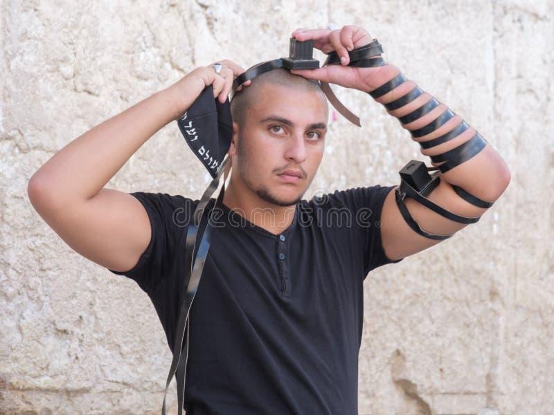 Homem judaico na parede ocidental fotos de stock royalty free