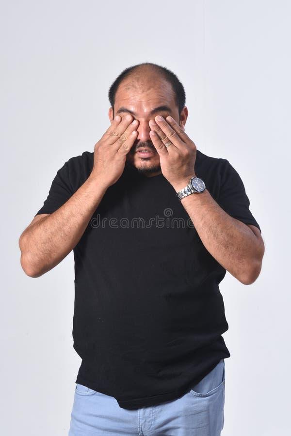 Homem latino-americano cansado e desgastado foto de stock royalty free