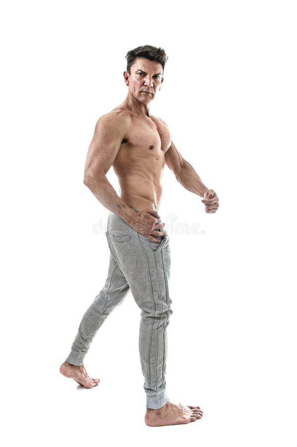 homem latino-americano e halterofilista do esporte 40s que levantam com corpo muscular apto da exibição despida do torso imagens de stock