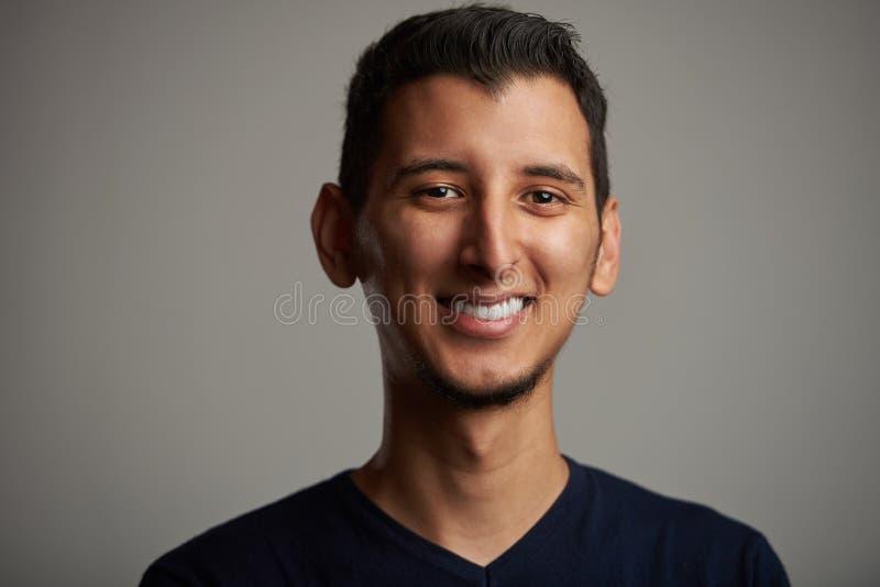 Homem latino-americano novo de sorriso feliz foto de stock