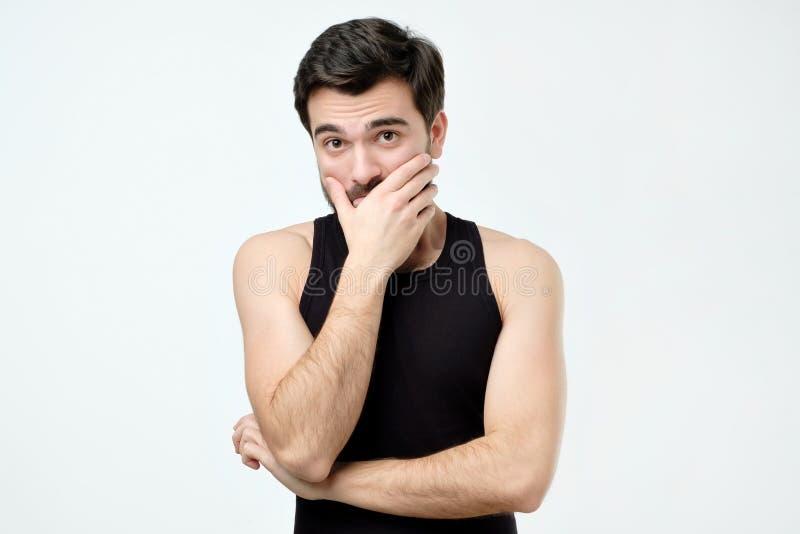 Homem latino-americano que pensa expressando dúvidas e interesses Expressão negativa da cara imagens de stock