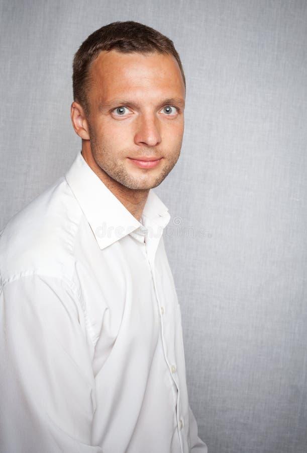 Homem leve de sorriso dos jovens na camisa branca imagem de stock