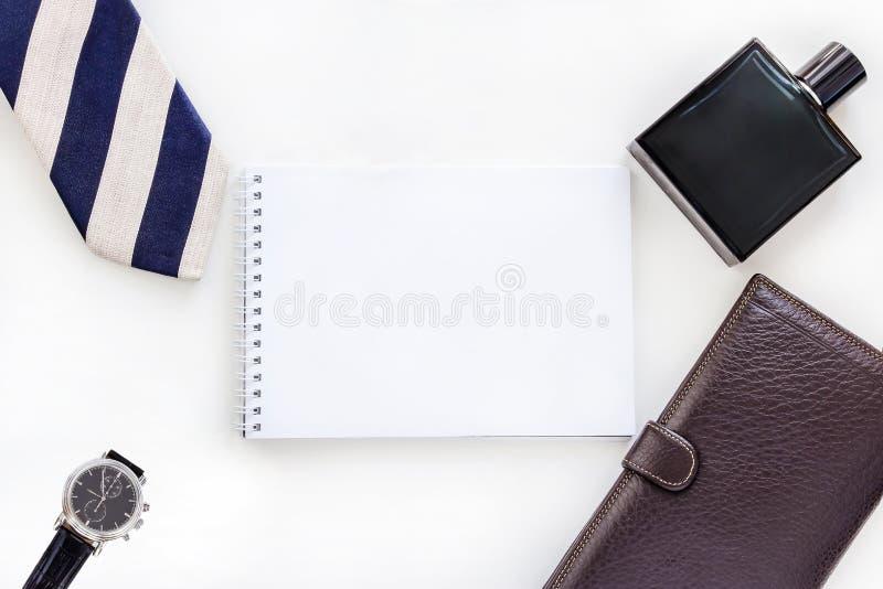 Homem liso da configuração ajustado: relógio, laço, grampo de laço, pena, perfume, carteira e bloco de notas Zombaria acima Vista fotografia de stock