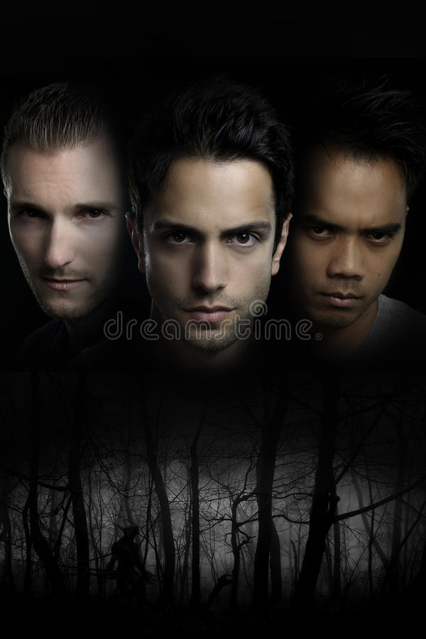 Homem-lobo - retrato de três homens em uma floresta escura fotos de stock royalty free