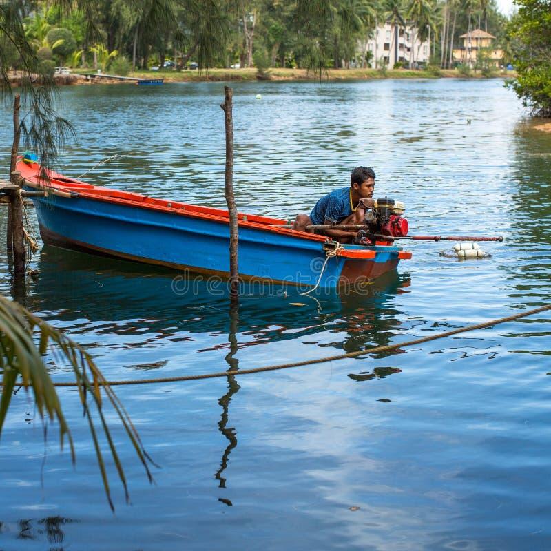 Homem local na vila do pescador A ilha está no Golfo da Tailândia fotos de stock royalty free