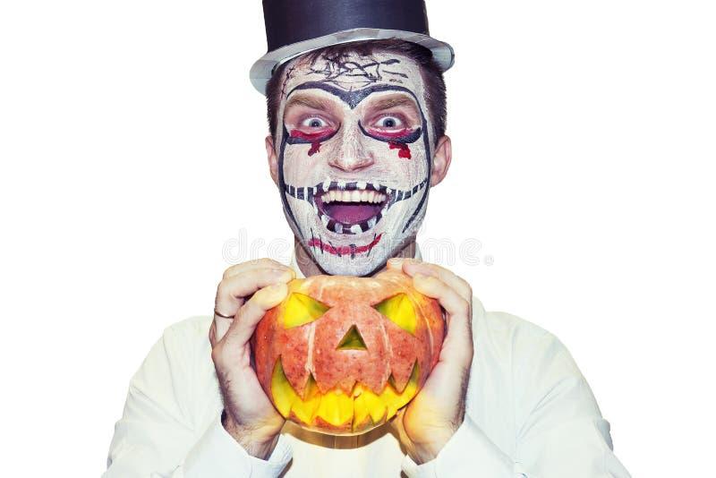 Homem louco de Dia das Bruxas com ` do jaque-o - abóbora da lanterna isolada no fundo branco Um Web de aranha grande antes de uma imagem de stock royalty free