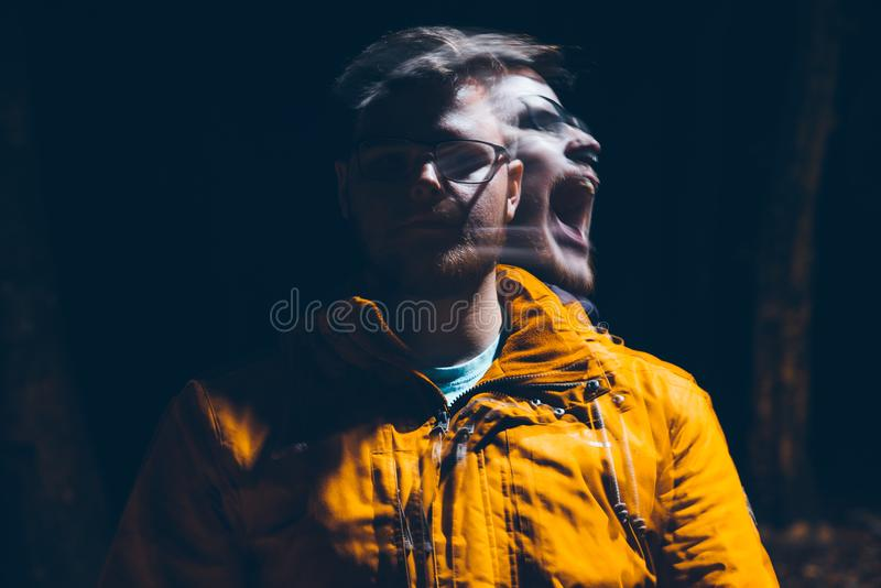 Homem louco na obscuridade fotografia de stock royalty free