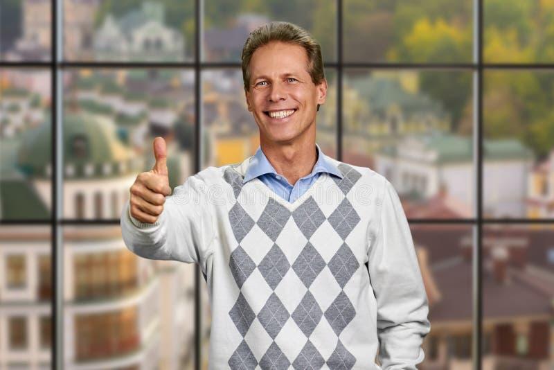 Homem maduro alegre que dá o polegar acima do sinal imagens de stock royalty free