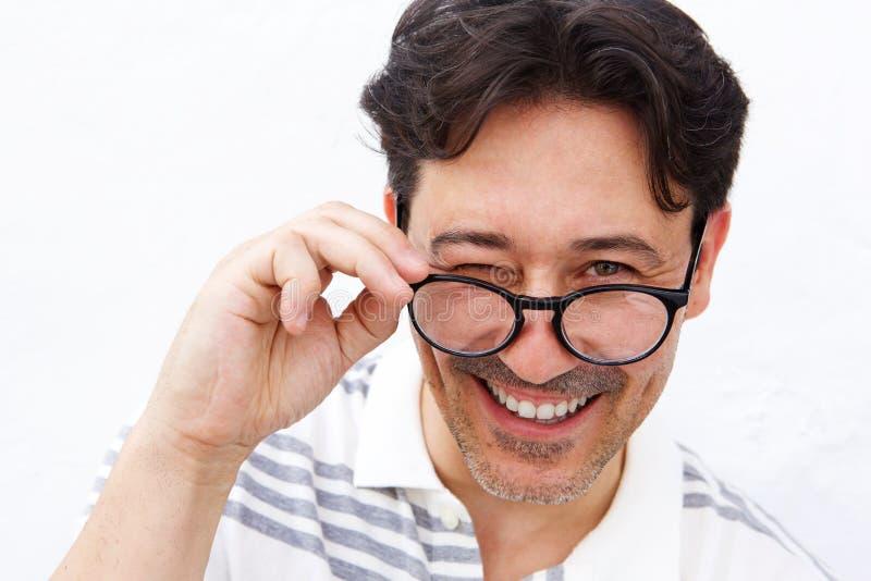 Homem maduro alegre que guarda vidros e pisc fotografia de stock royalty free