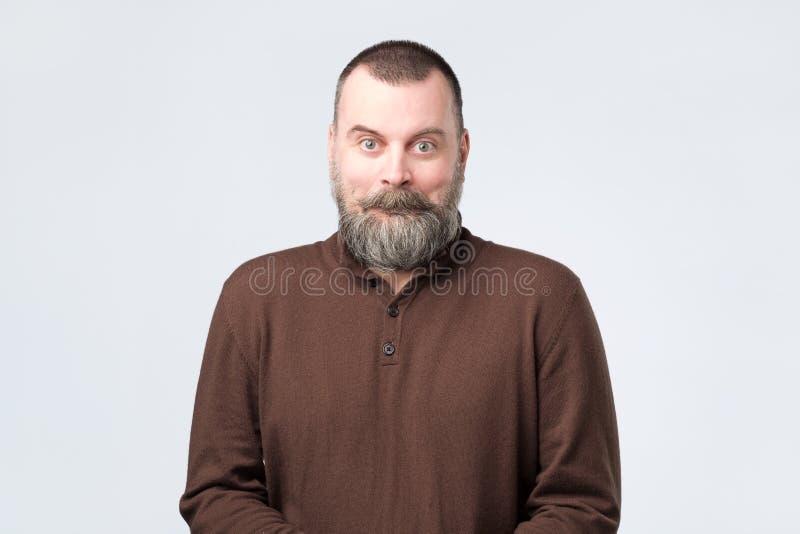 Homem maduro com cara surpreendida como se ? chocado com not?cia fotos de stock