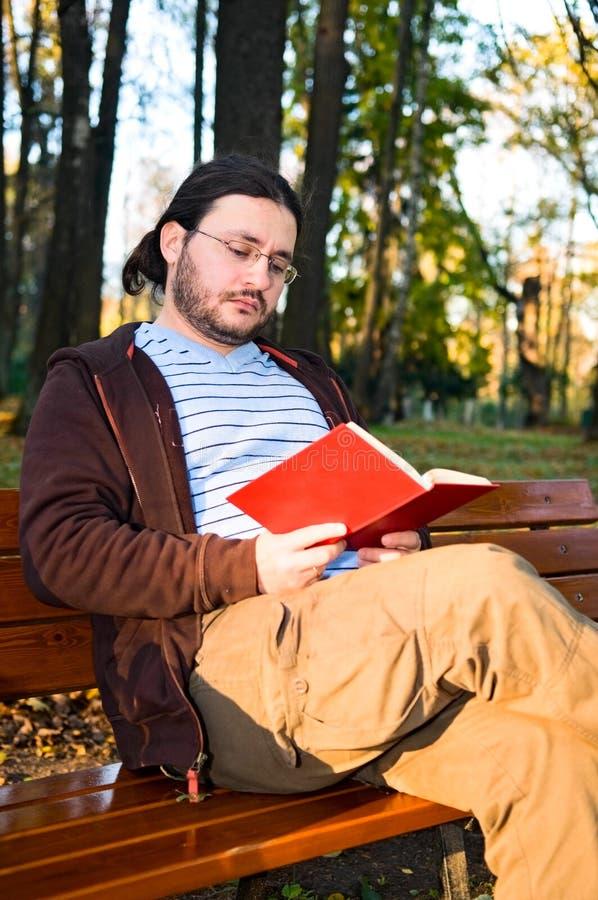 Homem maduro com livro fotografia de stock