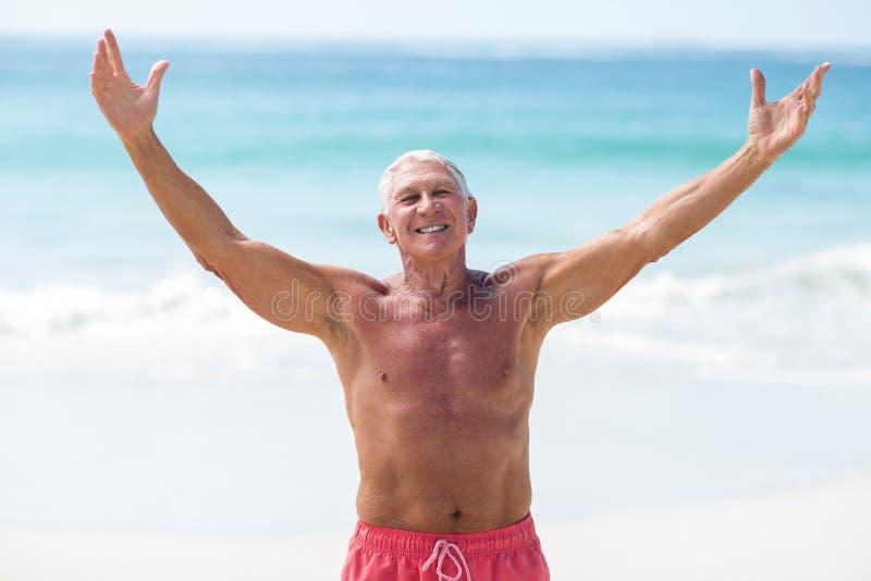 Homem maduro considerável que outstretching seus braços imagens de stock royalty free