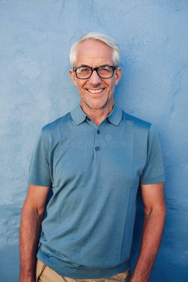 Homem maduro considerável que sorri na câmera imagem de stock royalty free