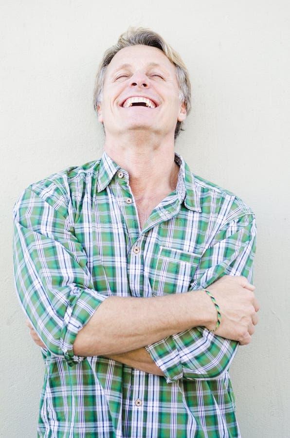 Homem maduro de sorriso feliz nos anos quarenta. imagem de stock