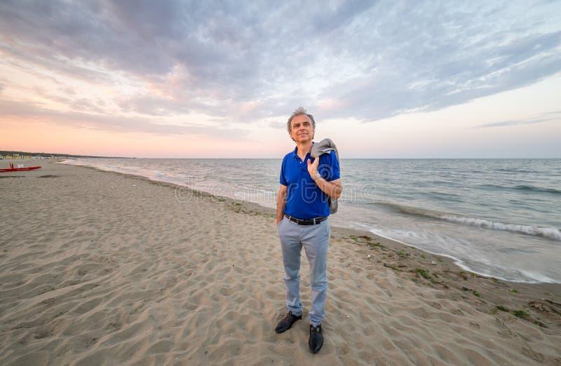 Homem maduro elegante no beira-mar fotografia de stock