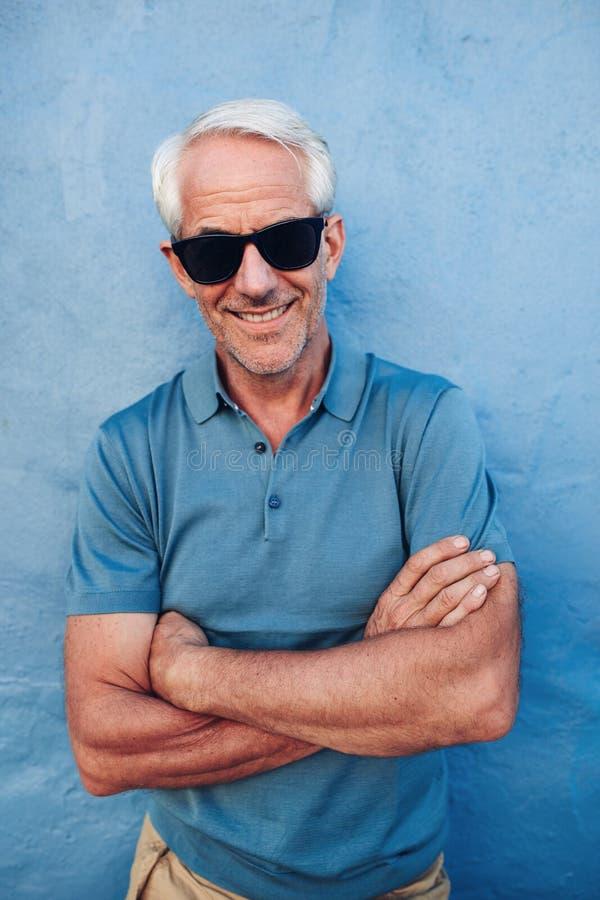 Homem maduro feliz com óculos de sol imagens de stock royalty free