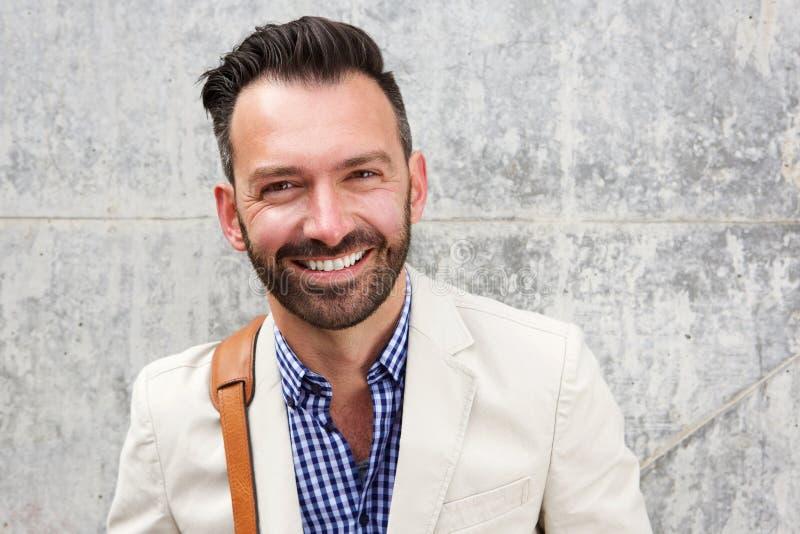 Homem maduro feliz com sorriso da barba imagens de stock