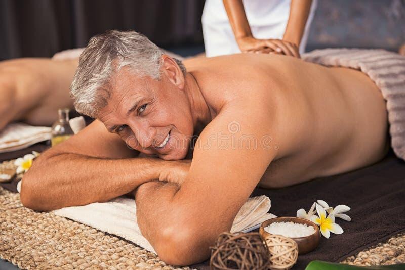Homem maduro feliz que obtém o tratamento dos termas imagem de stock