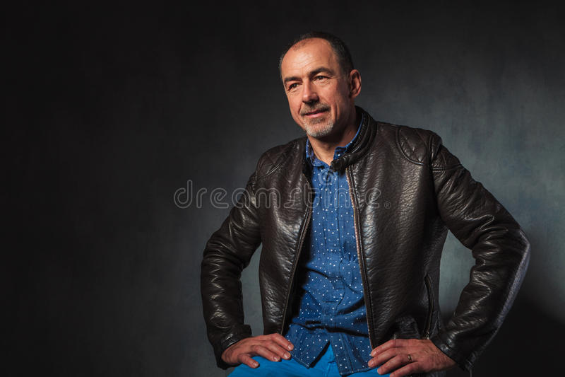 Homem maduro no descanso do casaco de cabedal fotos de stock royalty free