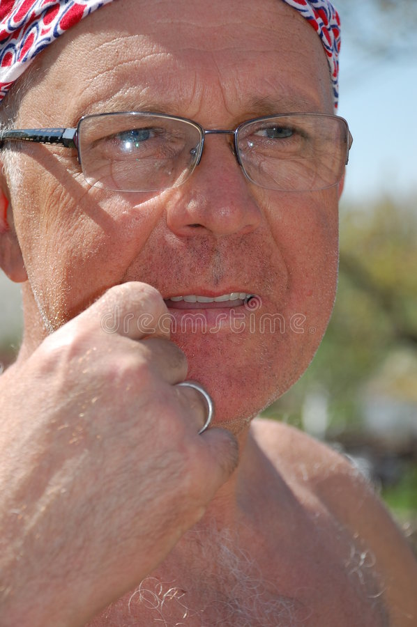 Homem maduro nos vidros imagens de stock royalty free