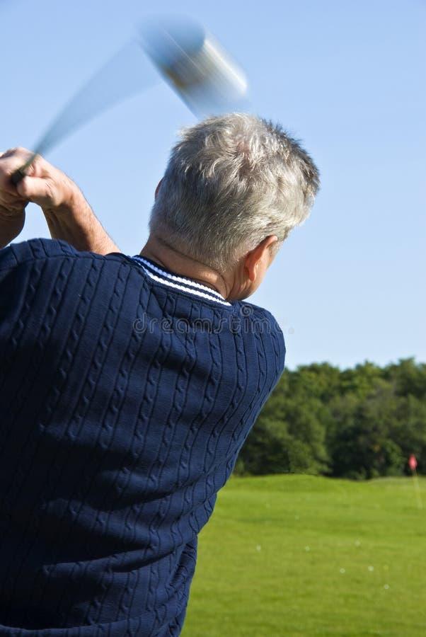 Homem maduro que balanç um clube de golfe foto de stock royalty free