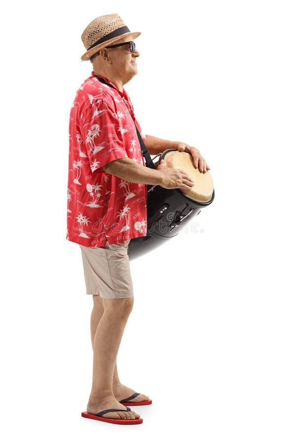 Homem maduro que joga cilindros do conga fotografia de stock