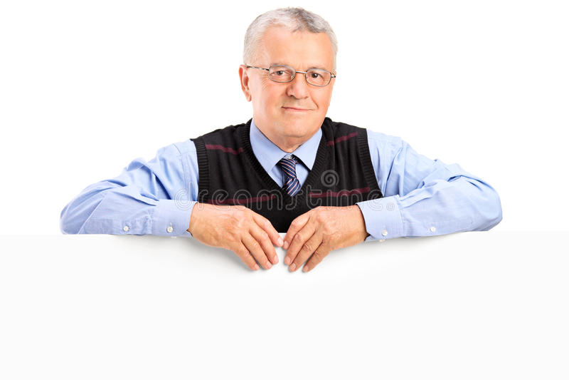 Homem maduro que levanta o painel branco behing fotos de stock royalty free