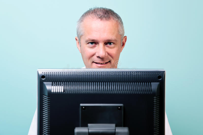 Homem maduro que trabalha em um computador foto de stock