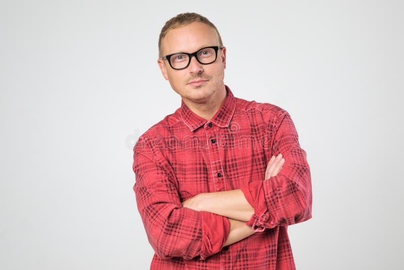 Homem maduro seguro nos vidros que vestem a camisa vermelha que olha a câmera foto de stock royalty free
