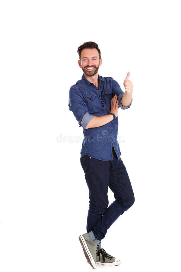 Homem maduro seguro que levanta-se e que mostra os polegares imagem de stock royalty free