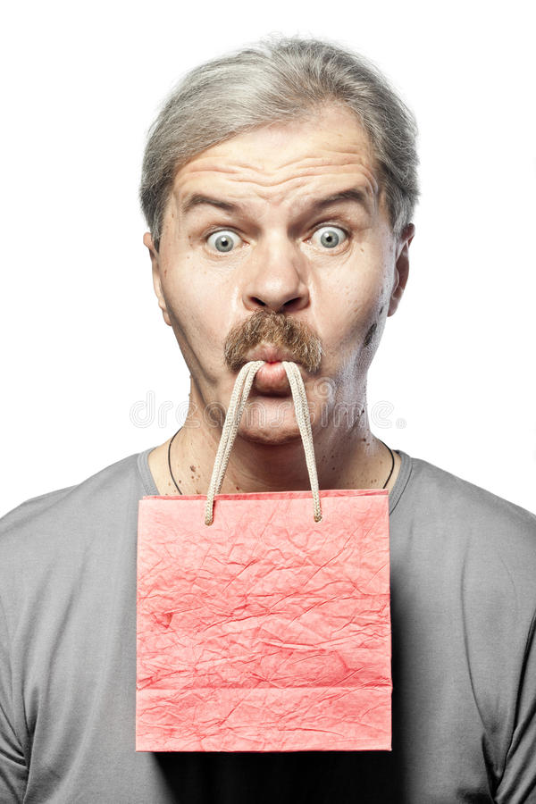 Homem maduro surpreendido com o saco de compras na boca isolada imagens de stock royalty free