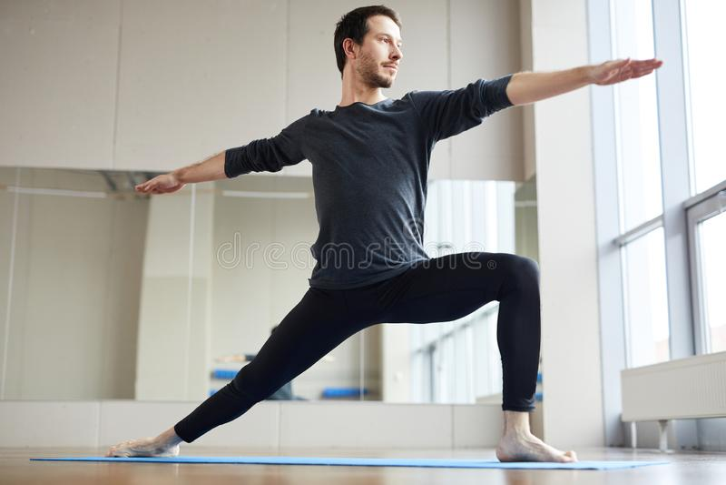 Homem magro que faz a pose estando da ioga fotos de stock royalty free