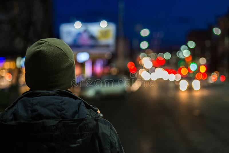 Homem mais estranho para trás na cidade da noite com fundo do boke fotos de stock royalty free