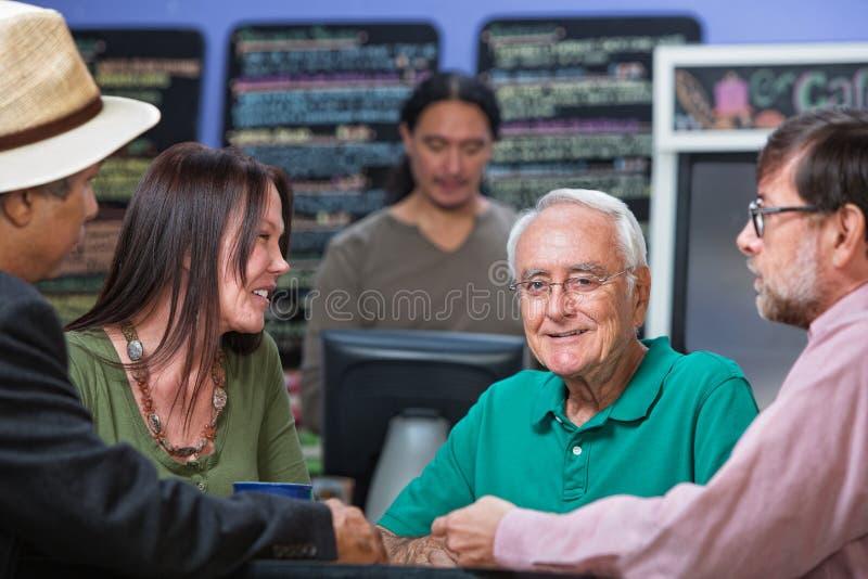 Homem mais idoso alegre no café imagem de stock royalty free