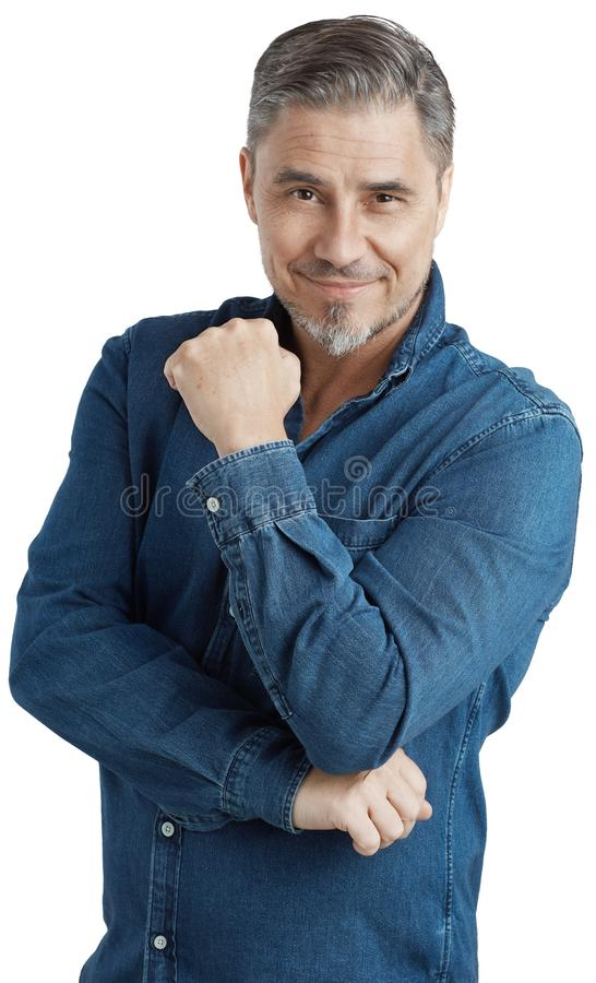 Homem mais idoso feliz no sorriso ocasional da camisa das calças de brim imagem de stock royalty free