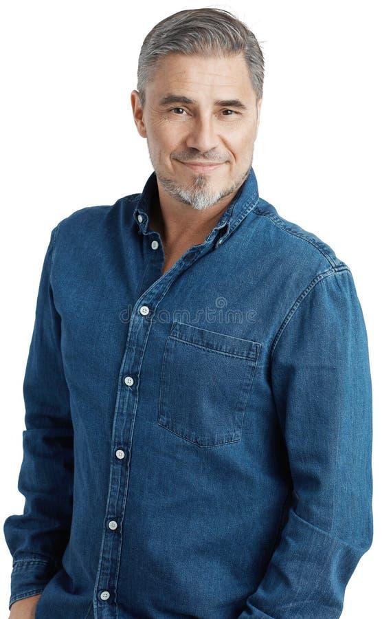 Homem mais idoso feliz no sorriso ocasional da camisa das calças de brim imagens de stock royalty free